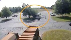 [지구촌생생영상] 비행 중 나무와 충돌...경비행기 추락 순간