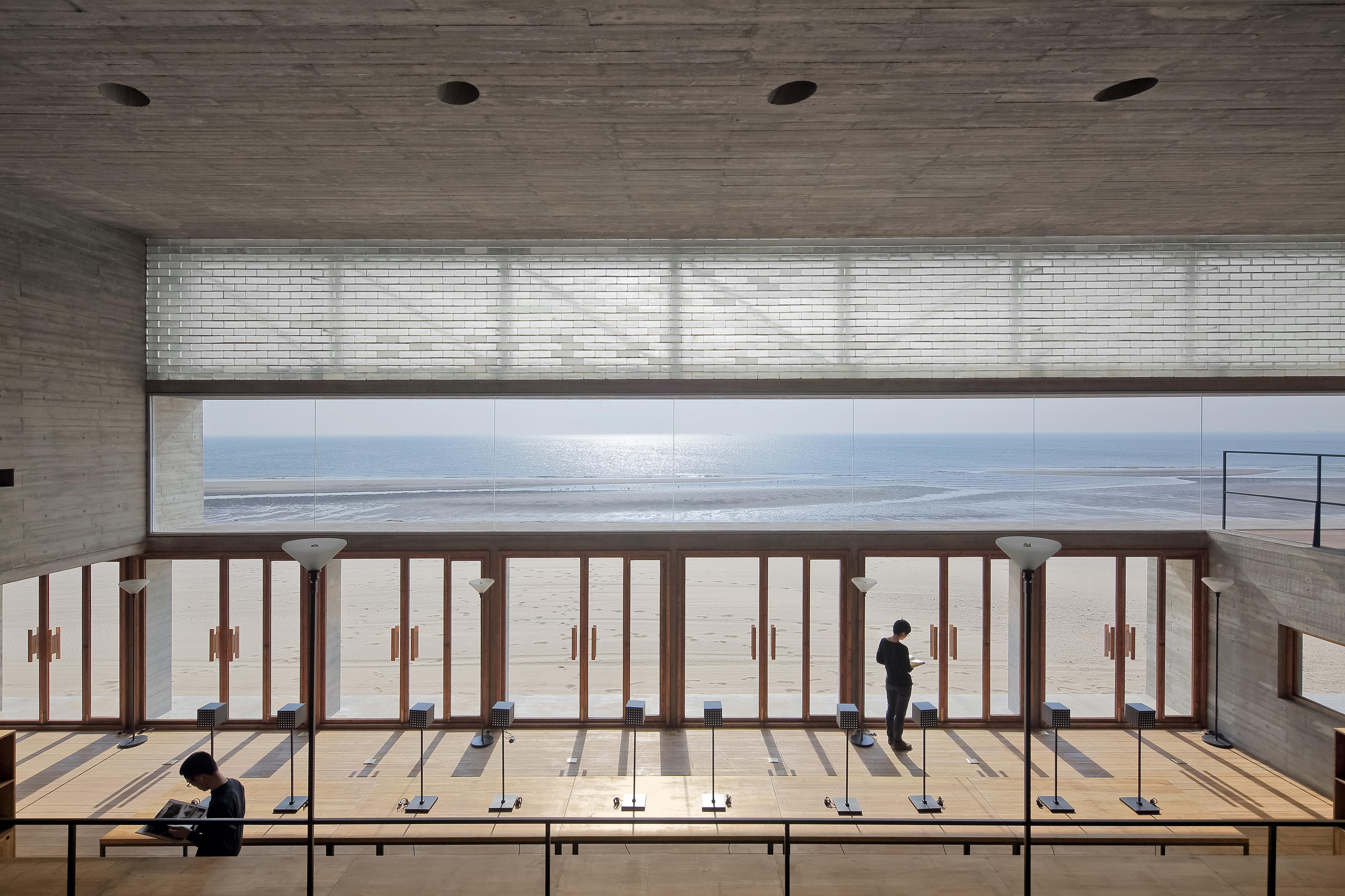 〔안정원의 디자인 칼럼〕 해변 도서관에 바다의 풍경과 빛과 소리의 언어를 담다 1