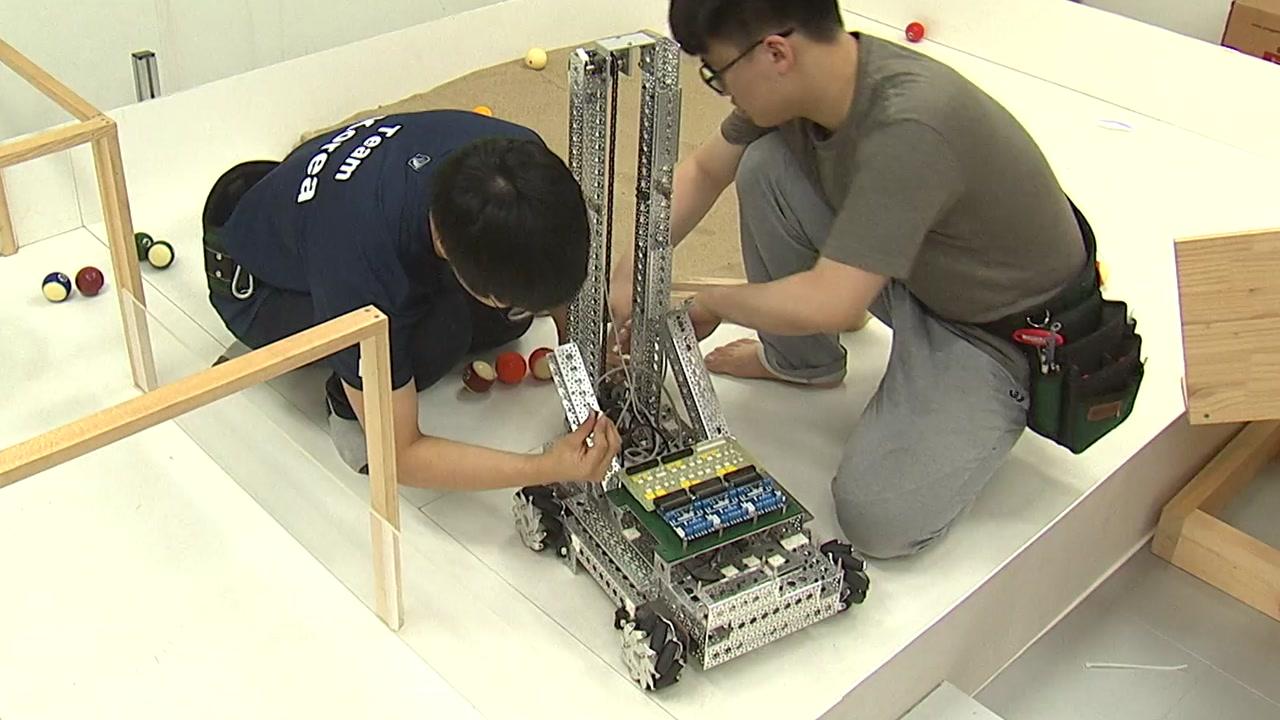 """""""두 손엔 로봇을, 마음엔 가족"""" 국제기능올림픽 훈련 열기"""