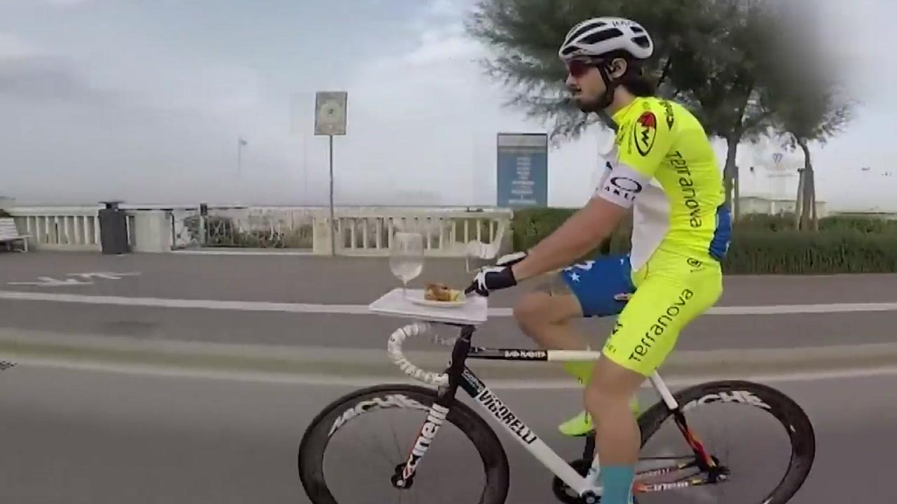 달리는 자전거에서 식사...'어렵지 않아요'