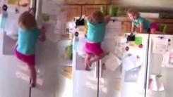 '스파이더맨 나와!'...맨손으로 냉장고 오르는 2살 소녀