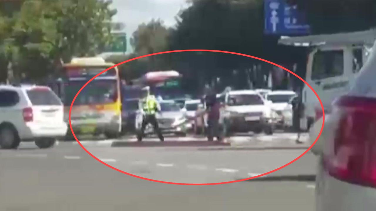 [좋은뉴스] 도로에 쏟아진 적재물...가던 길 멈추고 도움 준 시민들