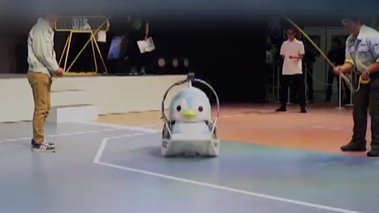 펭귄 로봇, '줄넘기 빨리 넘기' 세계 기록 도전