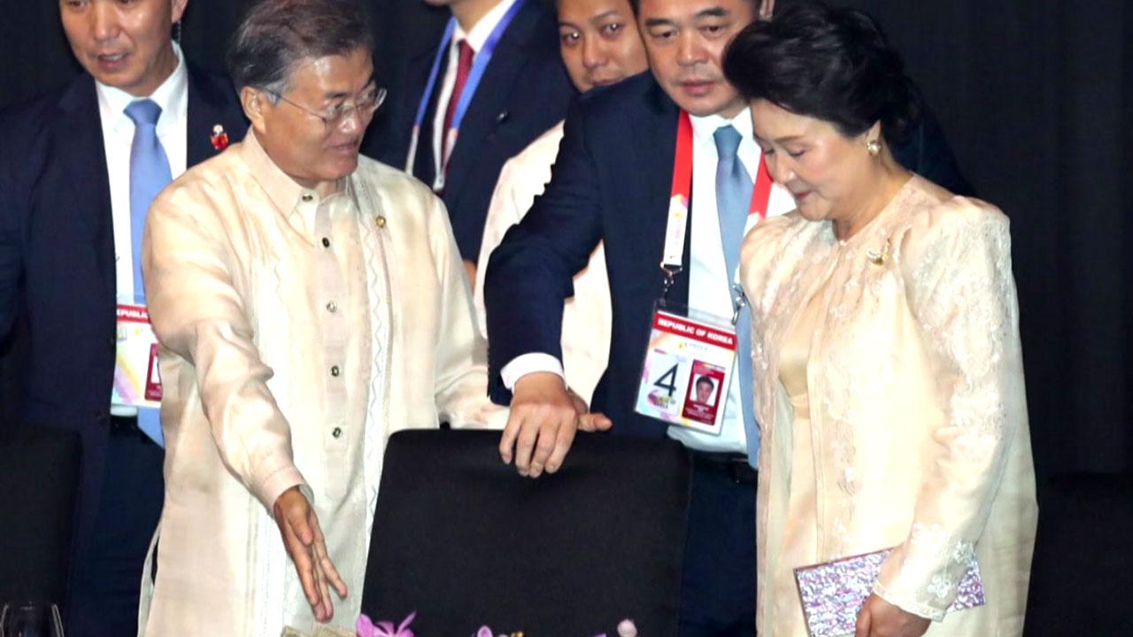 [뉴스큐 이슈스토리] 아내 살뜰히 챙긴 문재인 대통령...동남아서 이목 집중된 '잉꼬부부'