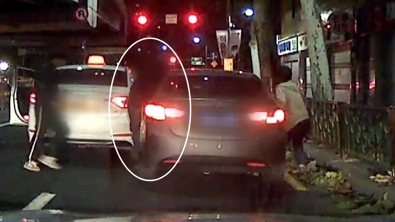 [단독] '발 벗고 도운 시민들'...차량 탈출 성공