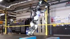 안정적인 점프에 뒤로 공중제비까지...'사람같은 로봇'