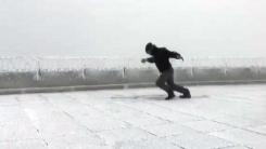 [지구촌생생영상] 시속 169km 강풍을 온몸으로 맞은 남자