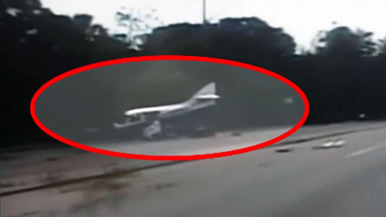 [지구촌생생영상] '위태위태' 도로 위로 비상 착륙하는 경비행기