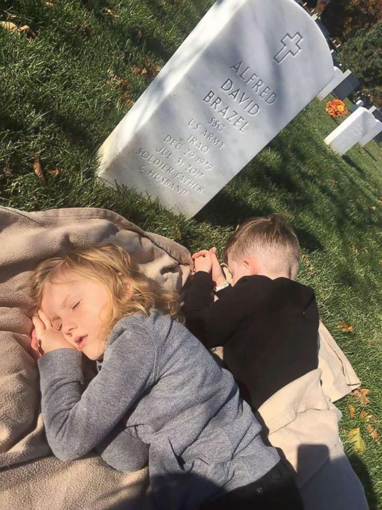 """""""보고싶어요"""" 돌아가신 군인 아빠 묘비에서 낮잠 자는 형제"""
