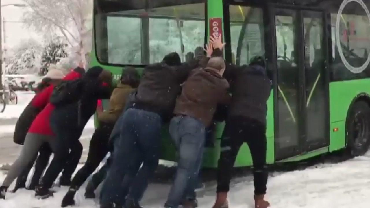 '지각을 피하겠다는 의지'...버스 승객들의 괴력