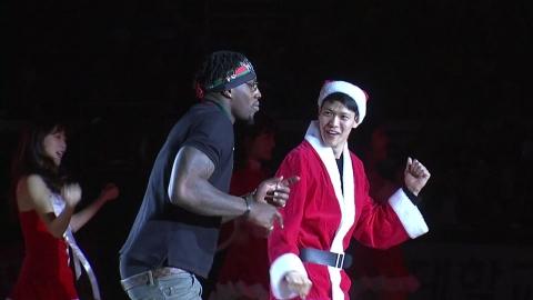 """흥겨운 캐럴·선수 산타...경기장도 """"메리 크리스마스"""""""