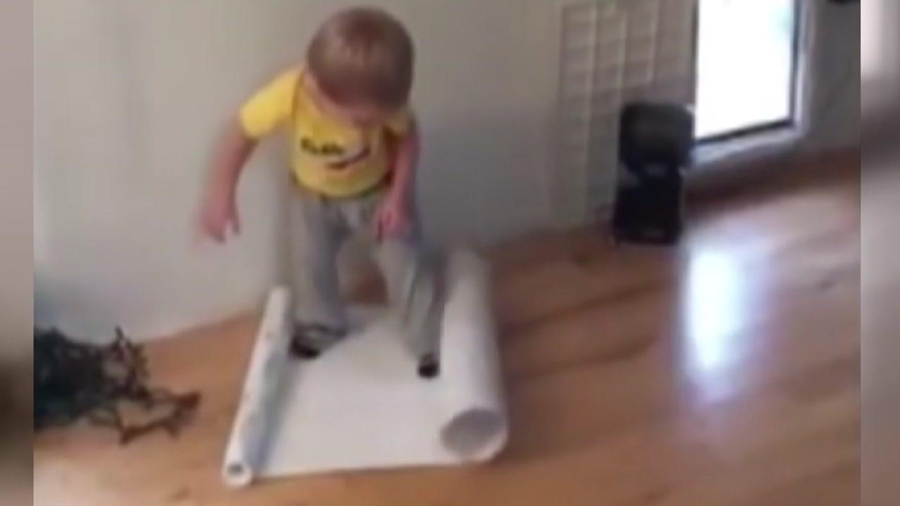 [영상] 포장지를 펴기 위한 아이의 고독한 싸움