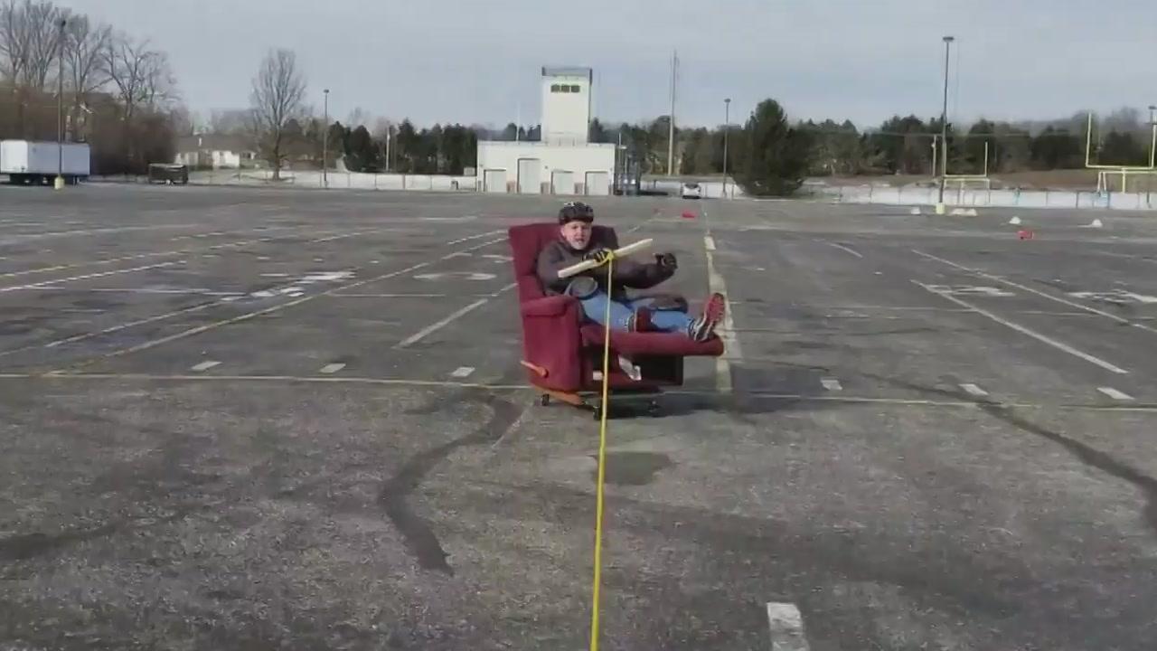 '의자 타고 달려보자'...주차장에서 무한 질주