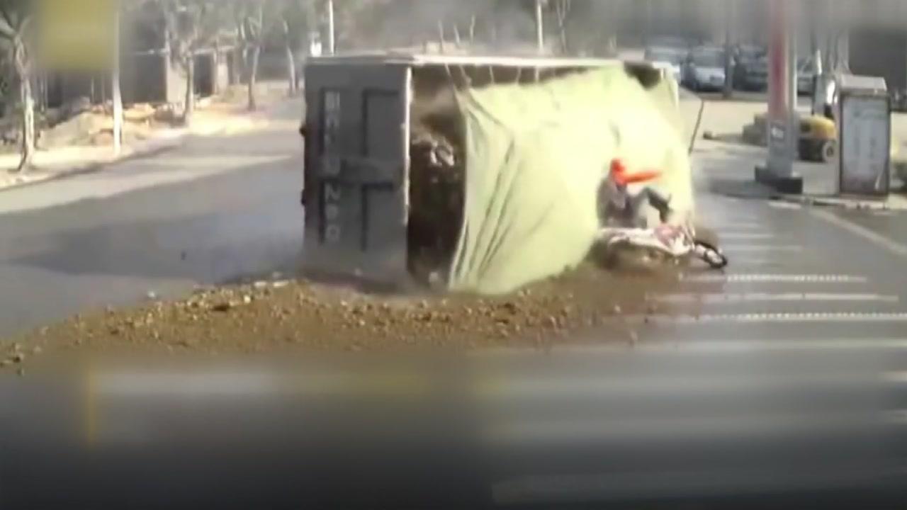 갑작스러운 전복사고...하늘이 도운 오토바이 운전자