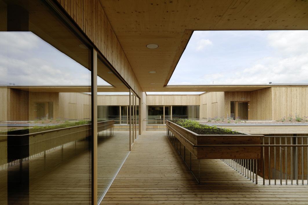 〔안정원의 건축 칼럼〕 마을광장을 중심으로 편안한 분위기로 디자인한 양로원 공간 1