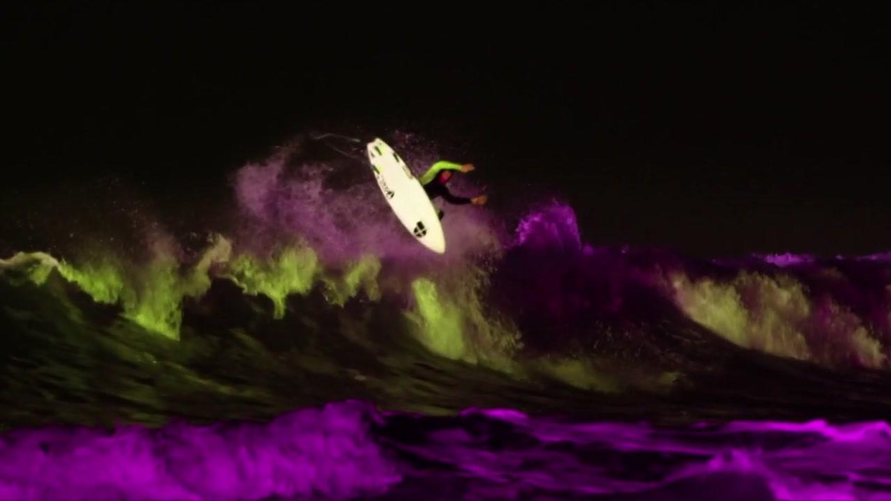 [지구촌생생영상] 한 폭의 그림처럼...네온 조명 아래 야간 서핑