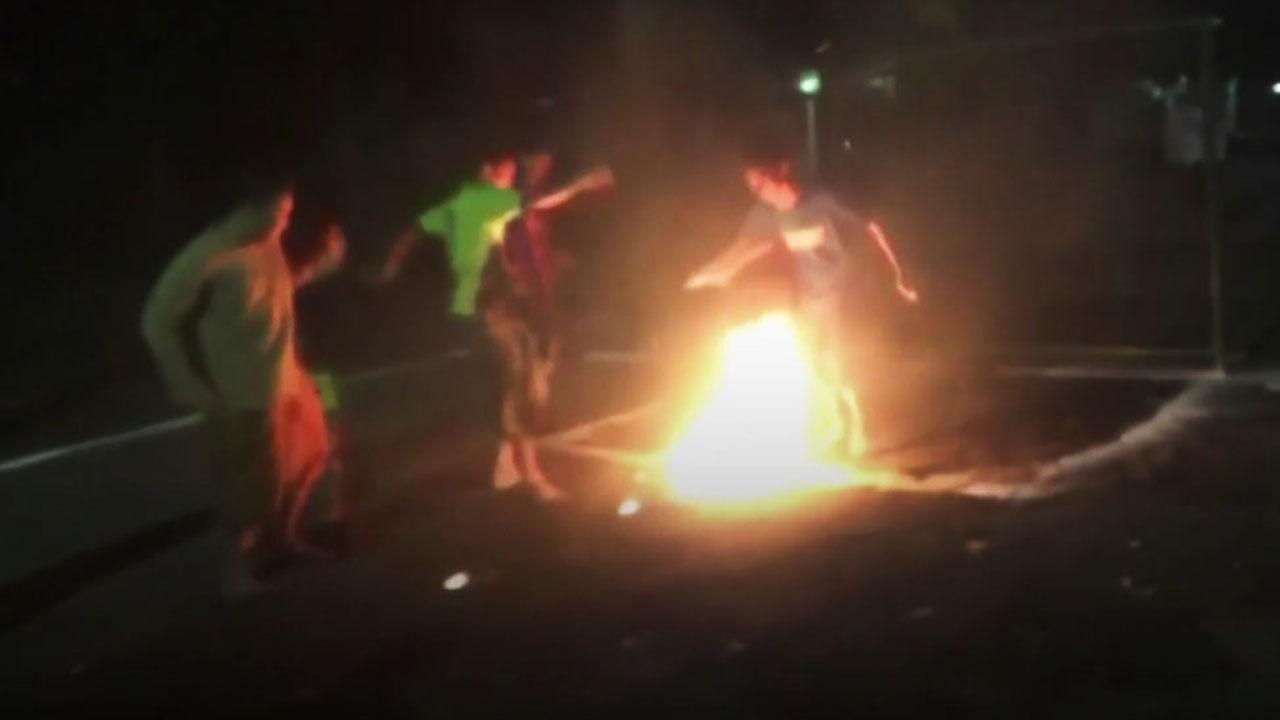 불붙은 코코넛으로...'불꽃 슛' 날리는 학생들