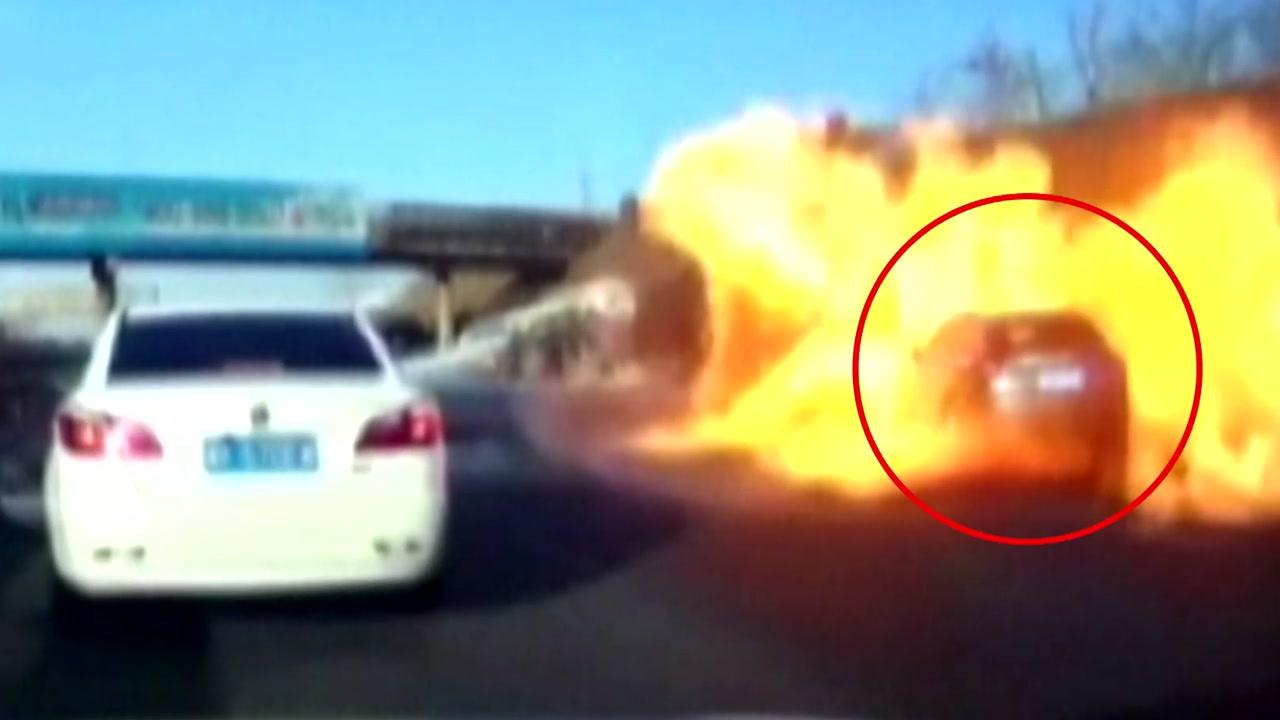 [영상] '펑!' 순식간에 불지옥 된 고속도로