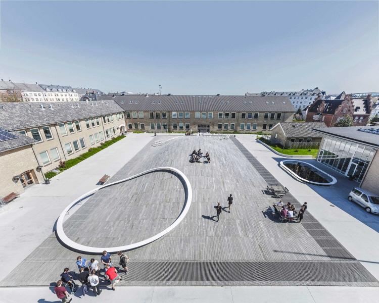 〔안정원의 건축 칼럼〕부드러운 곡면 목재 지붕의 다목적 홀과 결합한 카펫형 축구장 학교 2
