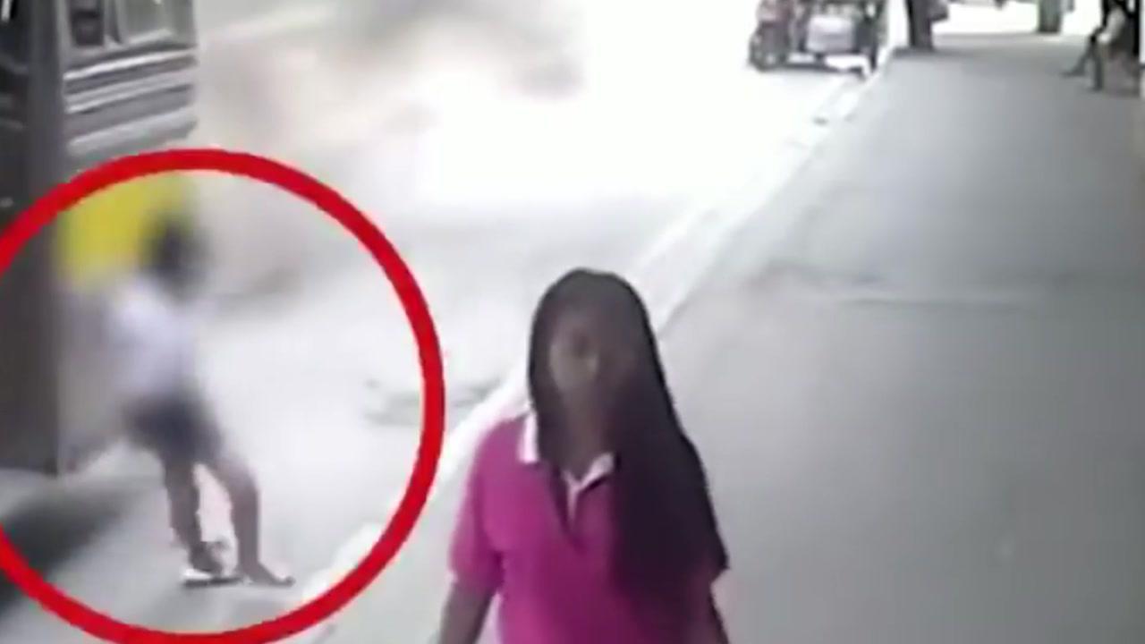[영상] 출발하는 버스서 내리다 연석에 '쾅'