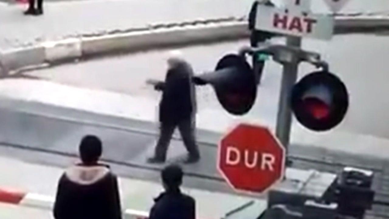 """[지구촌생생영상] """"열차가 들어와도, 내 갈 길을 간다"""""""