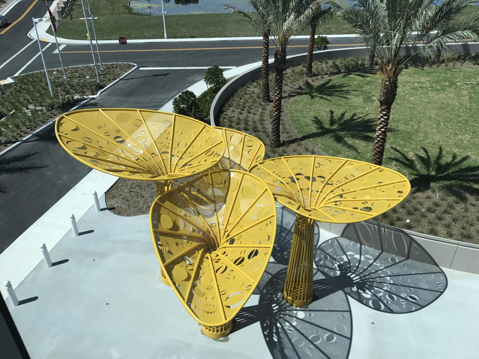 〔안정원의 건축 칼럼〕 바람에 따라 움직이는 얇은 타 공판의 노랑색 조형물 2