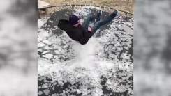 [지구촌생생영상] 살얼음 깔린 트램펄린...멋지게 깨뜨리는 방법