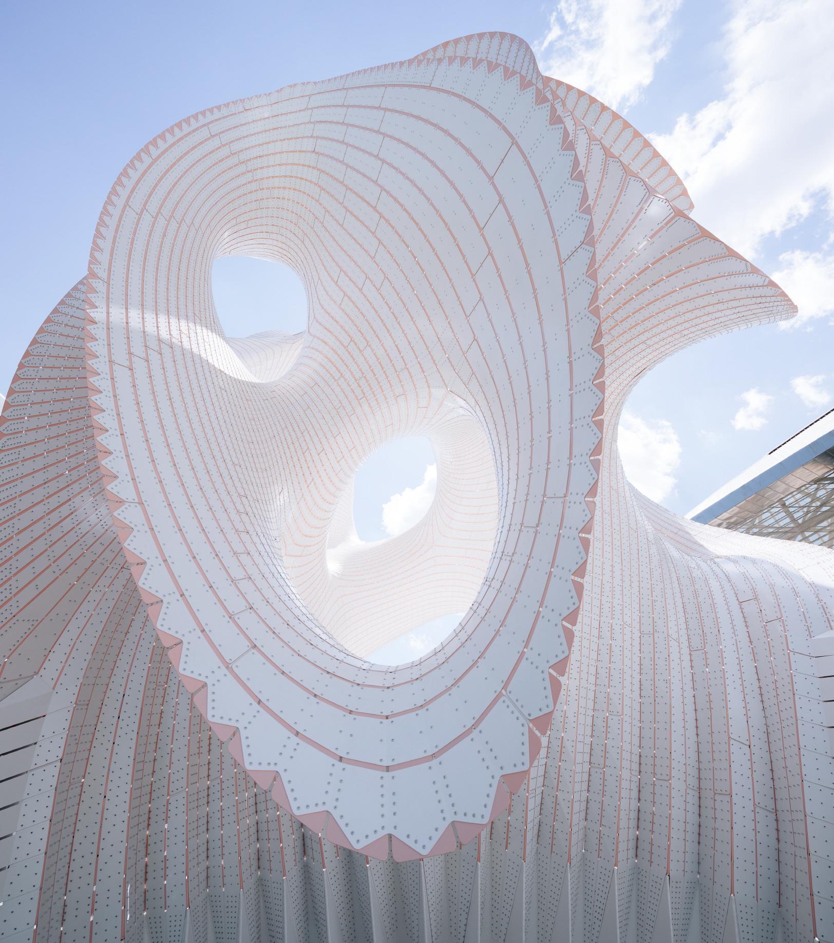 〔안정원의 디자인 칼럼〕 5321개의 수직적 스트라이프로 조합된 알루미늄 판의 구조물1