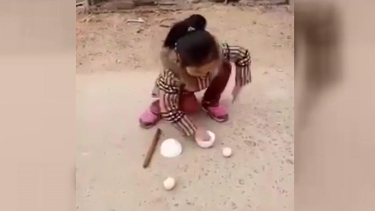 '공은 어디로?'...꼬마 마술사의 현란한 손놀림