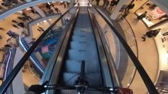 쇼핑몰 에스컬레이터에서 산악자전거 경주대회를?