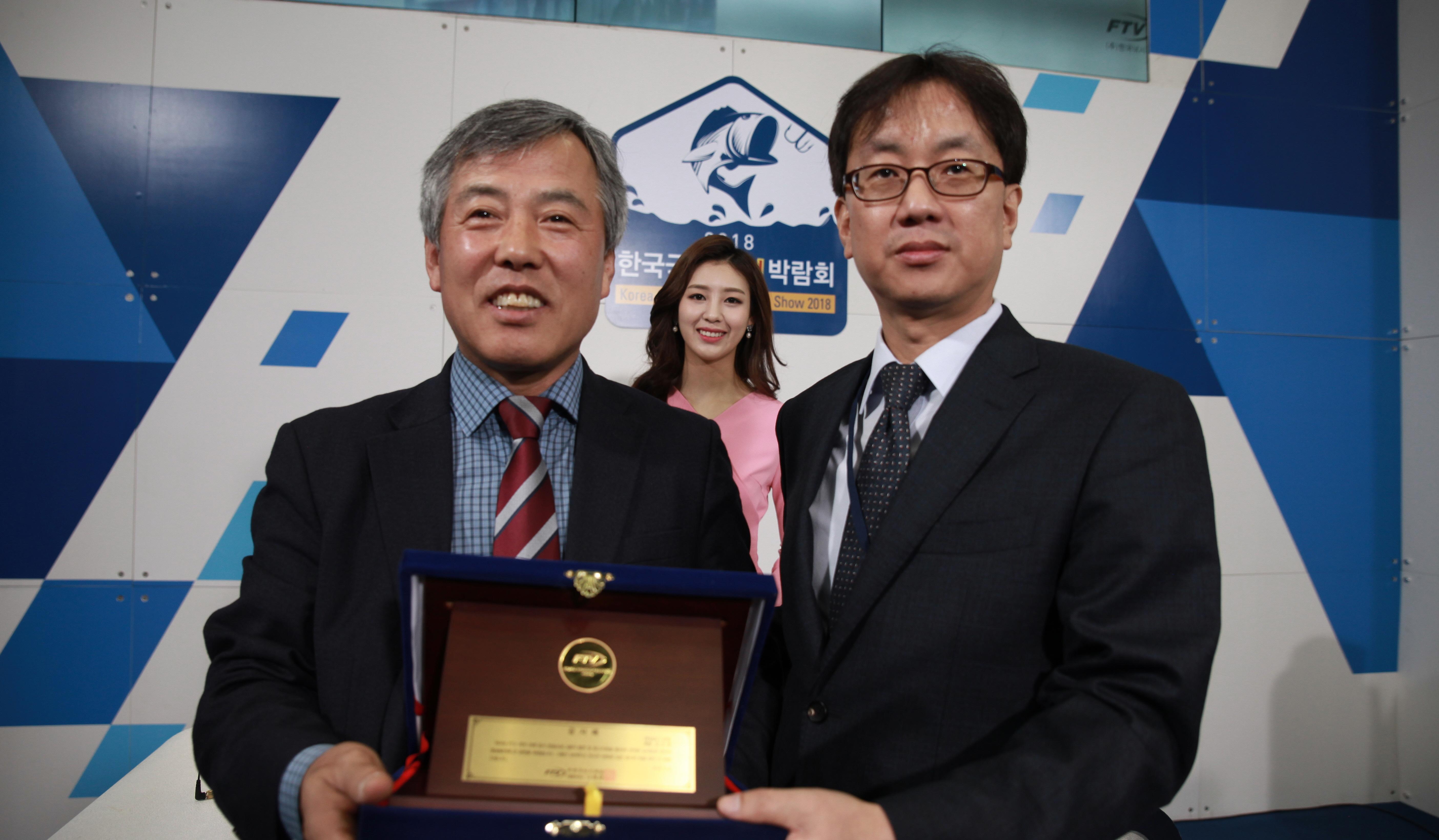 [포토] 아피스 김오영 대표, '2018한국국제낚시박람회'서 FTV로부터 감사패 수여