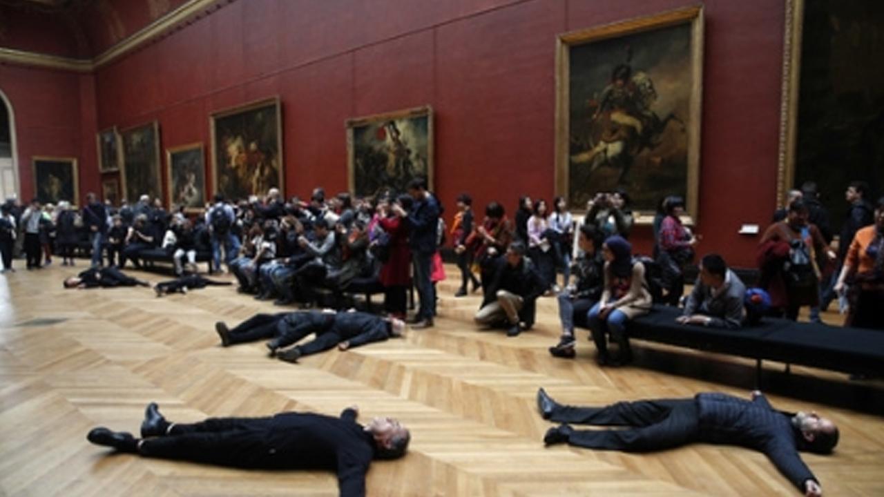 루브르 박물관 앞에 드러누운 '검은 시위대' 사연