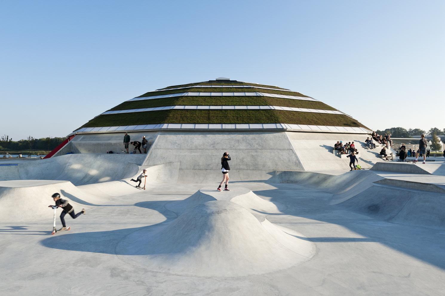 〔안정원의 건축 칼럼〕 공원 전체와 상호작용할 수 있는 이색적인 복합 스포츠 공간 1