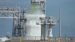 美 케네디 우주센터 발사대...170만 리터 물 분사 순간
