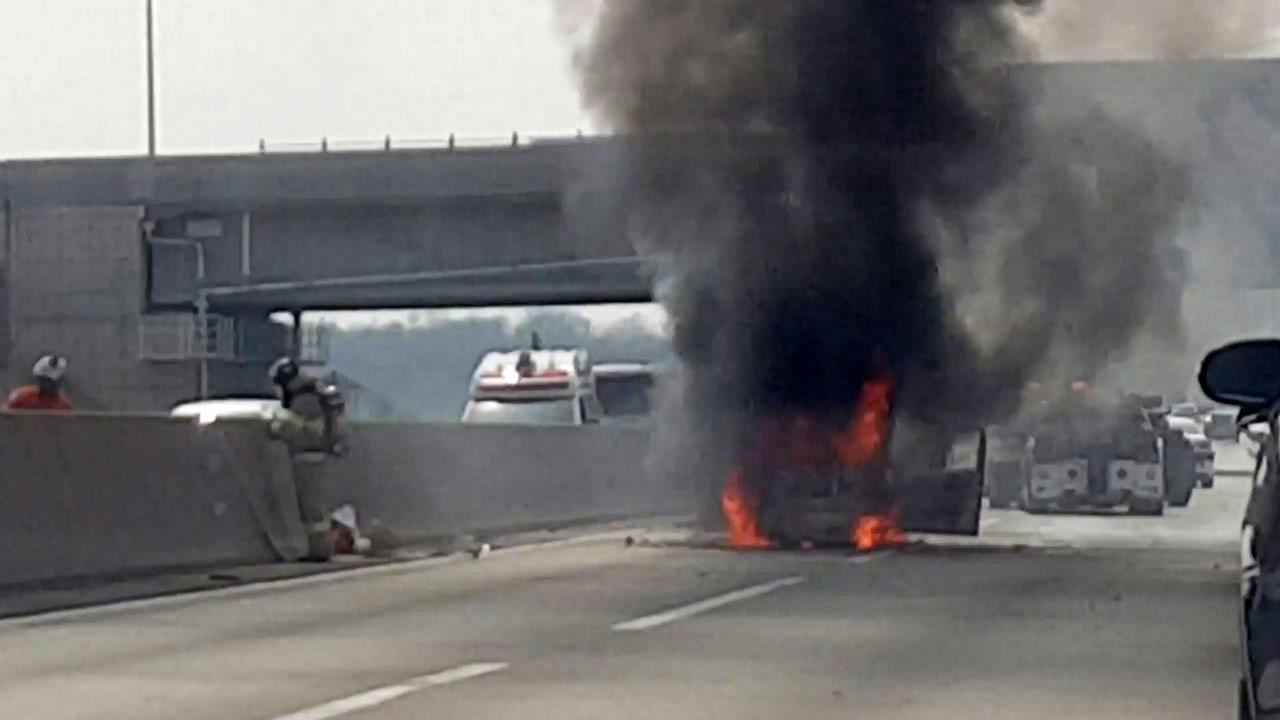 중부고속도로 4중 추돌...차량 2대 화재