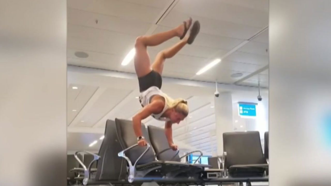 공항에서 '깜짝쇼'...한 여성의 놀라운 '균형감각'