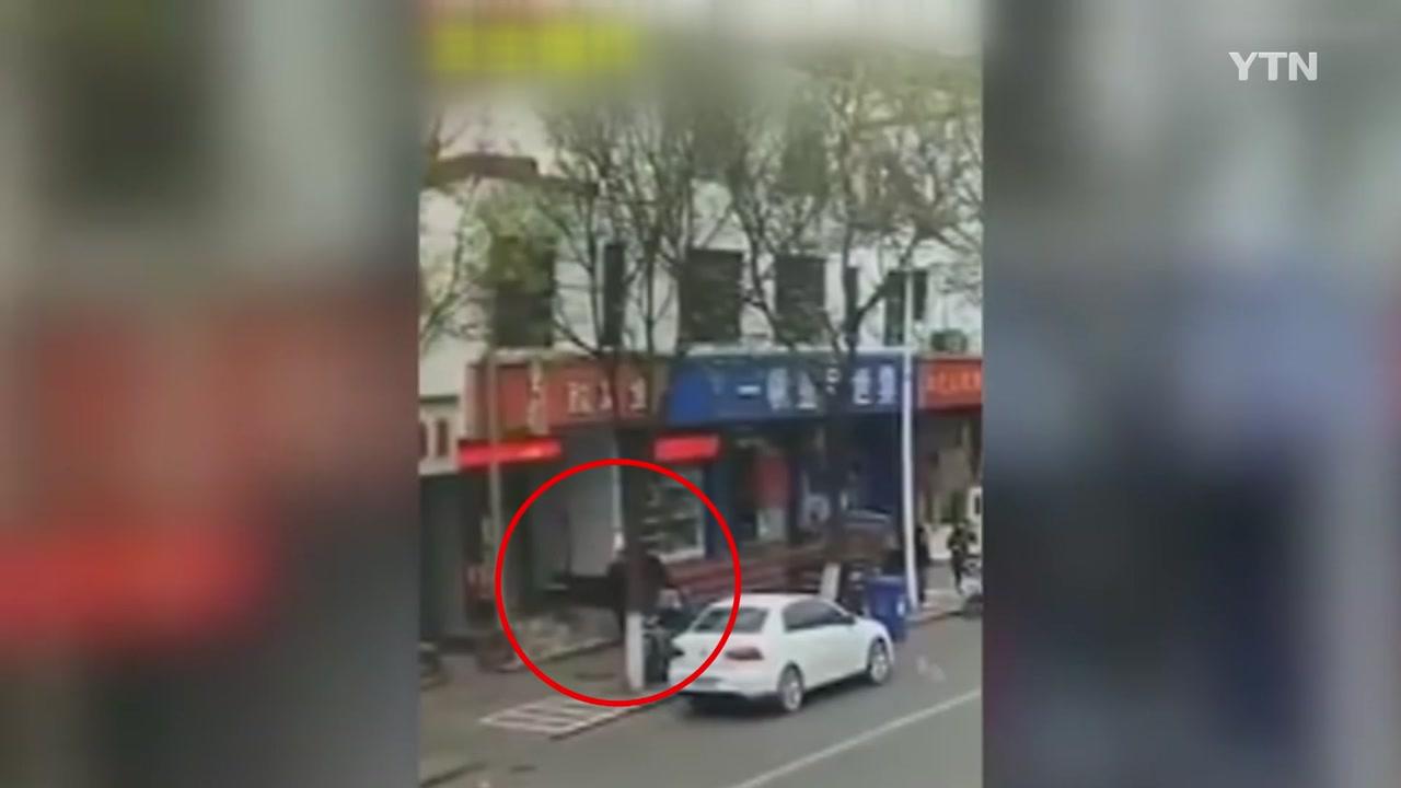 [영상] CCTV에 포착된 생선가게 '의문의 폭발'