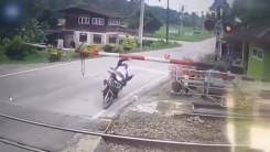 """""""빨리 가려고""""...철길 뛰어든 오토바이 '아찔'"""