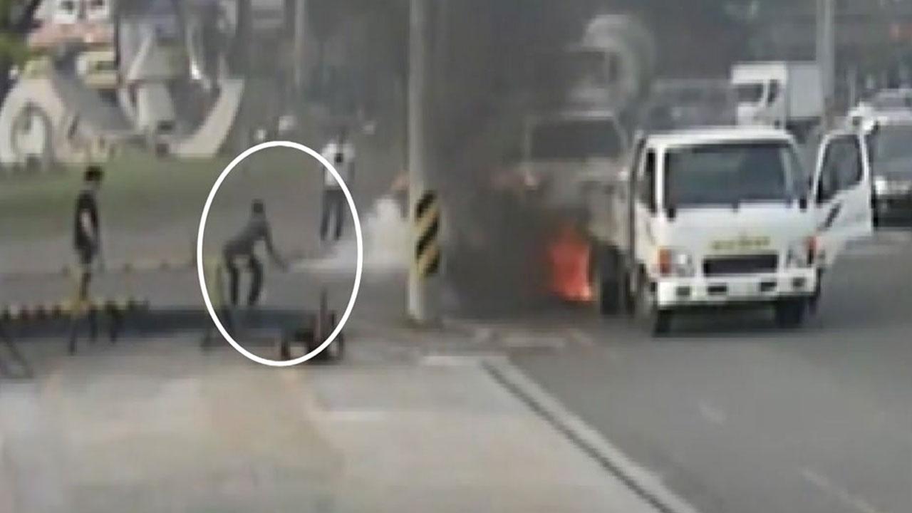 [영상] 주유소 옆 차량 화재...출근하던 경찰이 진화