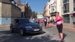 [지구촌생생영상] '길은 내가 만든다'...마라톤 코스 난입한 운전자