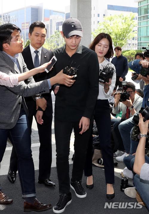 '강제추행 혐의' 이서원 소환, 묵묵부답으로 일관 (종합)