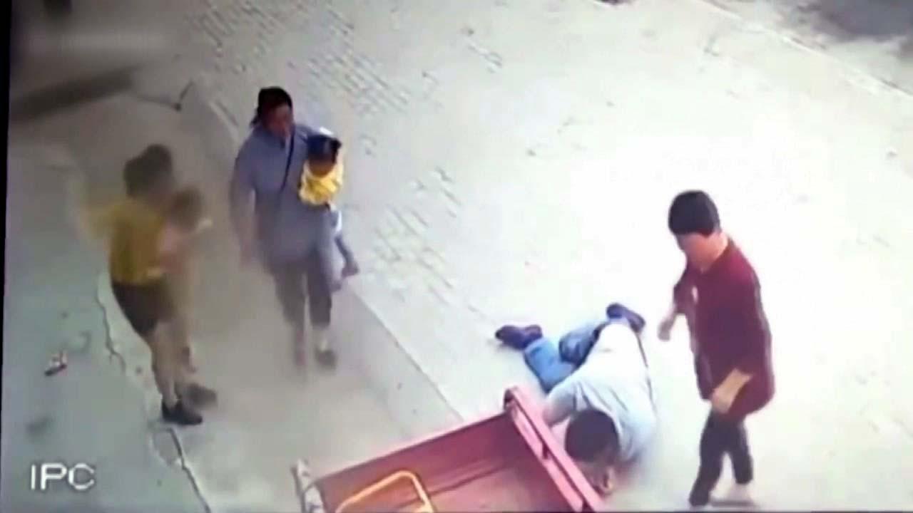 [지구촌생생영상] 삼륜차에 매달린 아이...온 몸 던져 구한 남성