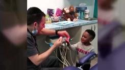 [지구촌생생영상] 마술하는 치과의사...긴장했던 아이 '웃음꽃'