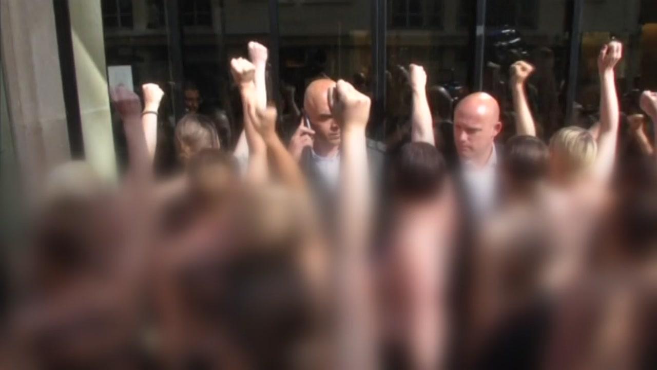 '여성 상의 탈의 시위' 둘러싼 논쟁 격화