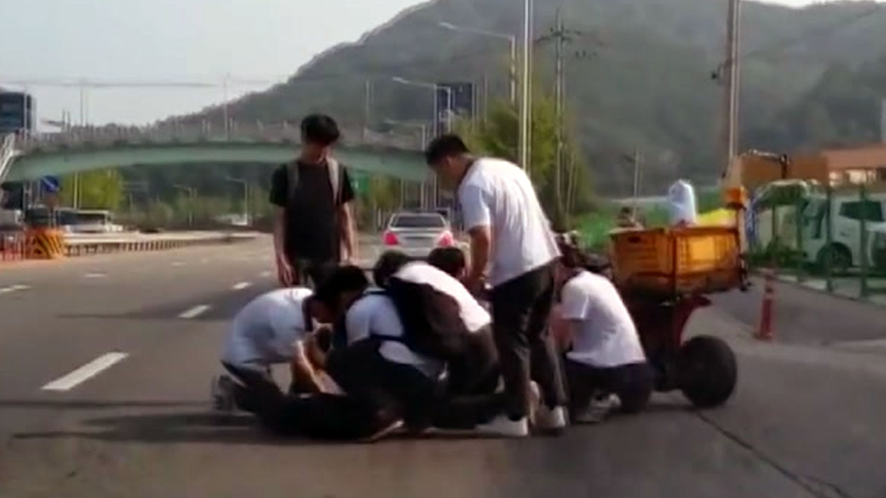 [좋은뉴스] 심폐소생술로 길가에 쓰러진 할아버지 구한 고등학생들