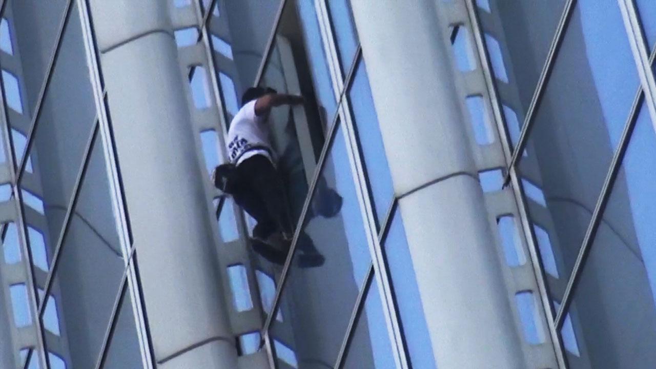 유명 등반가 알랭 로베르, 롯데타워 무단 등반하다 현행범 체포
