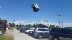 [영상] 간이화장실이 하늘로...돌풍의 위력
