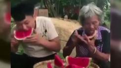 '수박 빨리 먹기'...할머니의 비법은?