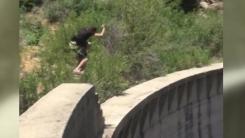 '높이 60m' 댐 절벽 위...간 큰 남성의 도전
