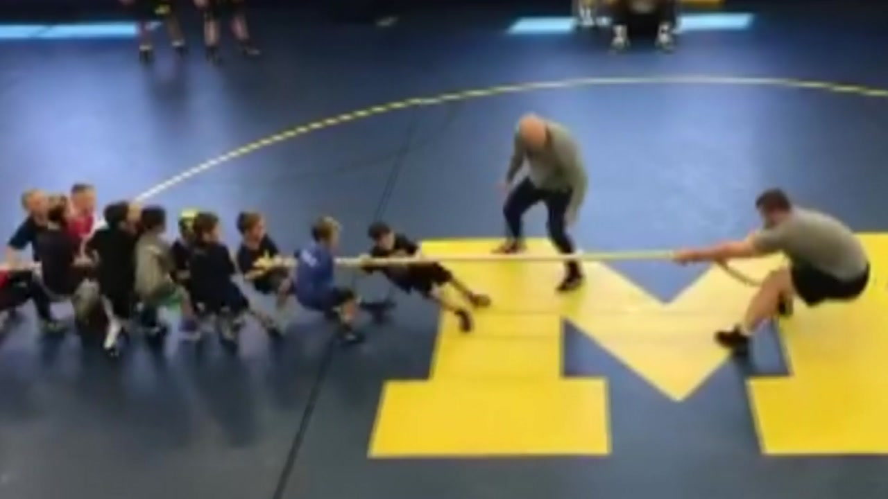 유치원생 50명 vs 레슬링 선수 1명...줄다리기 승자는?